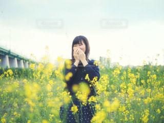 黄色の花を身に着けている人の写真・画像素材[1178933]