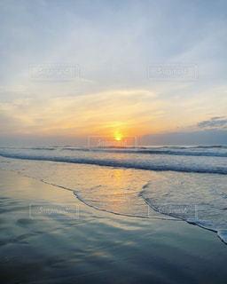 海から昇る朝日の写真・画像素材[1596833]