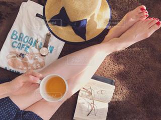 コーヒーを一杯持っている人の写真・画像素材[2329219]
