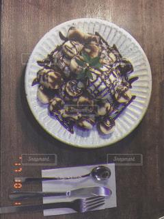 ナイフで食べ物の皿 - No.787394