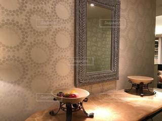 部屋の家具やランプでいっぱいの写真・画像素材[712758]
