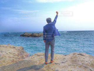 海に誓う男の写真・画像素材[610090]