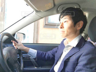 営業のため運転するサラリーマンの写真・画像素材[994774]