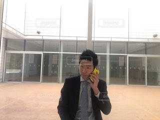 建物の前に立っている少年 - No.1016286