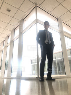 建物の前に立っている男 - No.1016292