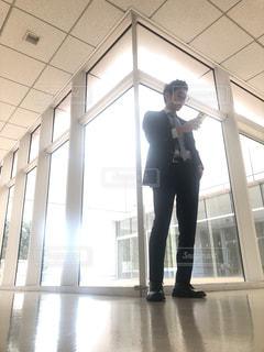 建物の前に立っている男 - No.1016293