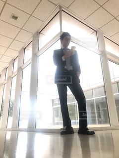 建物の前に立っている人の写真・画像素材[1016294]