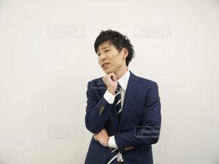 スーツとネクタイを身に着けている男の写真・画像素材[1171114]