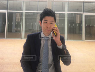 クライアントに電話するサラリーマンの写真・画像素材[1193148]