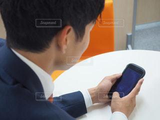 男は、彼の携帯電話を使用しています。の写真・画像素材[1206191]