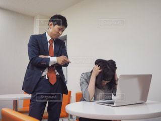 新卒社員にいろいろ難癖をつける先輩社員の写真・画像素材[1207301]