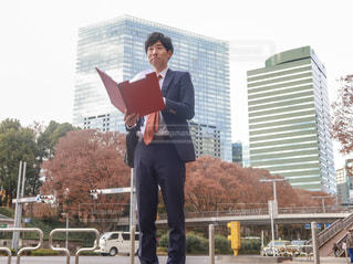 建物の前に立っている男の写真・画像素材[1835617]