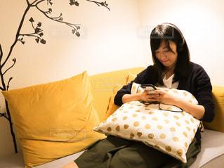 ベッドに座っている女性の写真・画像素材[2272477]
