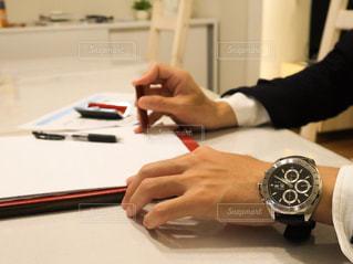 契約に押印している男性の写真・画像素材[2272485]