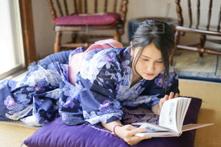 まったり本を読む和装の女性の写真・画像素材[2380861]