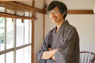 窓の前に立っている人の写真・画像素材[2380864]