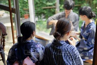 電話を見ている人々のグループの写真・画像素材[2380866]