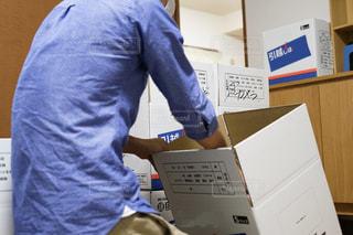 箱の前に立っている男の写真・画像素材[2417574]
