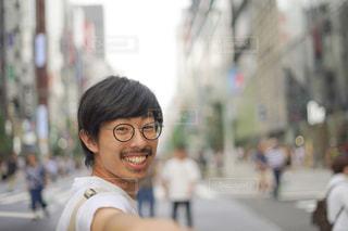 早く来なよーと笑顔の彼氏の写真・画像素材[2446260]