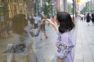 歩道に立っている女性の写真・画像素材[2460469]