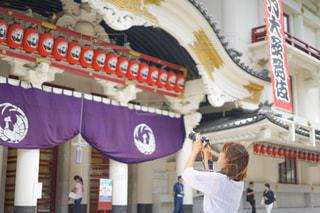 歌舞伎座を撮影する女性の写真・画像素材[2460471]