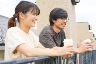 笑顔で会話するカップルの写真・画像素材[2509360]