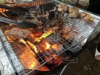 グリルでホットドッグを調理する男の写真・画像素材[2782011]