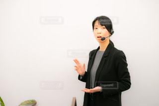 カメラのポーズをとる立っている人の写真・画像素材[2995216]