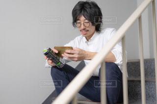 携帯電話を持っている人の写真・画像素材[3053431]
