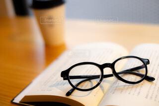 木製のテーブルの上に座っているメガネのペアの写真・画像素材[3795529]