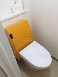 オレンジ色のおしゃれなトイレ - No.350468