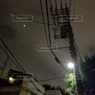 夜にライトアップされた都市の写真・画像素材[2690455]