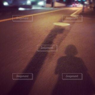 にぎやかな通りで歩く人影の写真・画像素材[1072795]