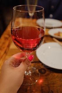 ワインのグラスを持っている手🍷の写真・画像素材[1078962]