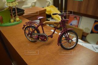 テーブルに寄りかかって自転車の写真・画像素材[1336371]