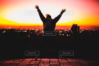 夕焼けにジャンプの写真・画像素材[2727143]