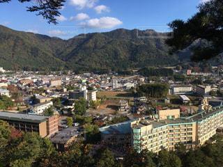 山を背景にした都市の眺めの写真・画像素材[345950]