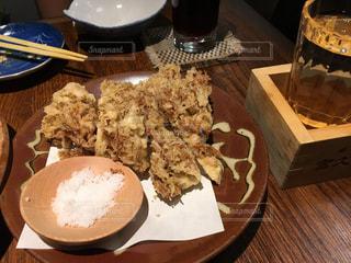 木製のテーブルの上に座っている食べ物の皿の写真・画像素材[345969]