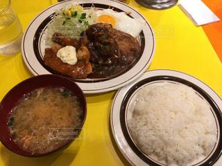 皿の上の食べ物のボウルの写真・画像素材[345971]