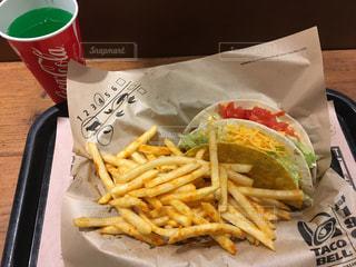 サンドイッチとフライドポテトの皿がテーブルの上に座っているの写真・画像素材[345974]