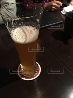 テーブルの上のビール1杯の写真・画像素材[345981]