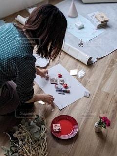まな板の上に座っている女性の写真・画像素材[2691512]