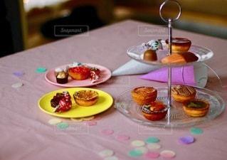 皿の上に食べ物の皿をトッピングしたテーブルの写真・画像素材[2709152]