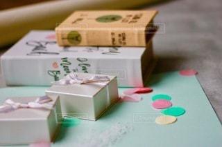 テーブルの上の緑の箱の上に座っているケーキの写真・画像素材[2709153]