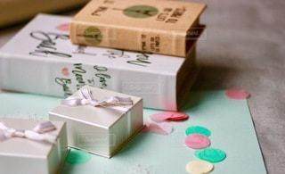 テーブルの上の箱を閉じるの写真・画像素材[2709156]