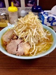 テーブルの上の食べ物のボウルの写真・画像素材[2714091]