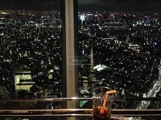 夜にライトアップされた都市の写真・画像素材[2714096]