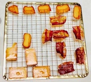 テーブルの上の食べ物の写真・画像素材[2714114]