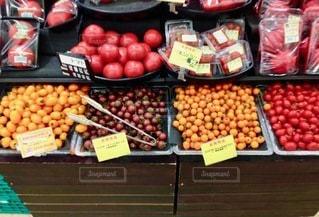 いろいろな種類の果物でいっぱいの店の写真・画像素材[2714123]