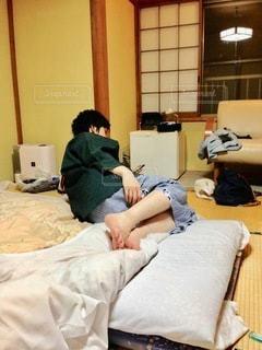 ベッドに横たわっている人の写真・画像素材[2714130]